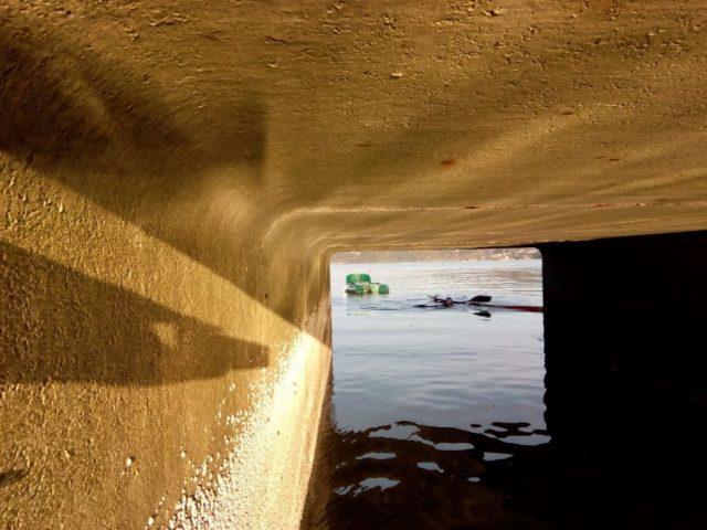 Sara no auga antes de pasar polo tunel. Manuel