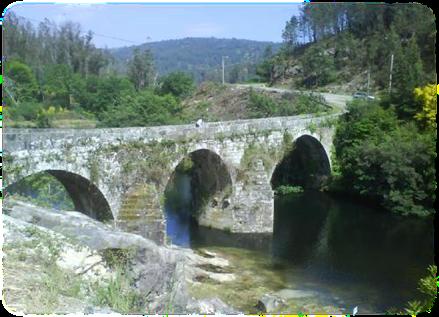 Puente medieval de Comboa (Soutomaior) - Muy próximo al castillo de Soutomaior y cruzando el río Verdugo podemos contemplar este puente medieval llamado de Comboa. El diseño es de tres arcos apuntados de diferentes tamaños y reforzado con contafuertes. Desde aquí se puede hacer una ruta lineal por la orilla que nos lleva a la desembocadura del río Oitavén en el Verdugo formando una playa fluvial, un paraje precioso y diferente según la estación del año, el río se puede volver a cruzar por un puente colgante y continuar por el otro margen. - Fotolog